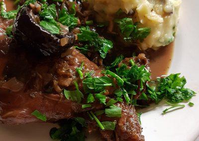 Kaninchen mit Kartoffel-Oliven-Stampf